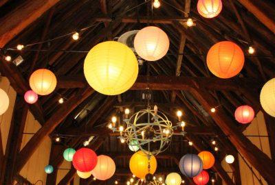 Papieren lampionnen op feestlocatie