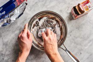 Pan schoonmaken met aluminiumfolie en baking soda